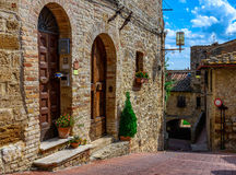 Oude comfortabele straat in San Gimignano, Toscanië, Italië stock foto
