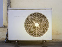 Oude compressorenairconditioner Stock Foto