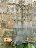 Oude concrete blokmuur stock afbeeldingen
