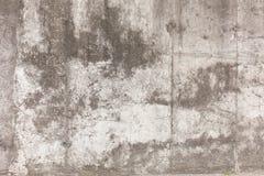 Oude concrete muur met scheidingen, spaanders, barsten en gaten royalty-vrije stock afbeelding