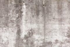 Oude concrete muur met spaanders, barsten en gaten royalty-vrije stock afbeelding