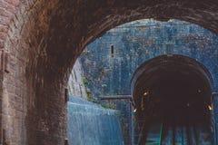 Oude concrete tunnel met sporen en karren bij het slot in Duitsland op de heuvel De plaats van de toerist stock afbeeldingen