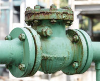 Oude controleklep en roest in petrochemische installatie Stock Afbeelding