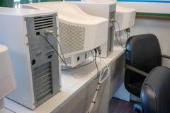 Oude CRT computermonitors en torens stock foto
