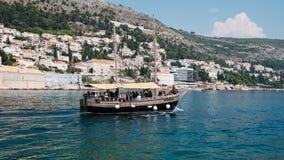 Oude cruiseboat dichtbij Dubrovnik stock afbeelding