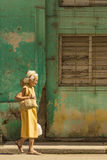 Oude Cubaanse dame die Havana lopen Stock Foto