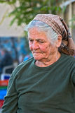 Oude Cypriotische dame in de hoofd-sjaal van het taditionaldorp Stock Foto's