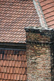 Oude dak en schoorsteen Stock Foto's