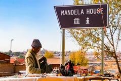Oude Dame die Afrikaanse Curiosa op verkoop buiten Nelson Mandela ` s verkopen Stock Foto