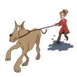 Oude dame die met grote hond proberen te lopen Stock Foto