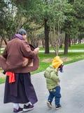 Oude dame en kleinzoon in park Stock Afbeelding