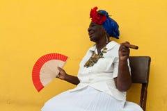 Oude dame met een fijne sigaar in Havana Royalty-vrije Stock Foto