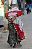 oude dame tijdens kumba melah in India royalty-vrije stock foto