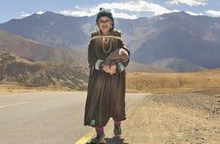 Oude dame van Likir-dorp die de wollen doek van Goncha dragen Royalty-vrije Stock Afbeelding