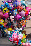Oude dame verkopende ballons Stock Afbeeldingen