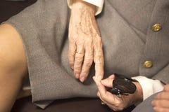 Oude dames in huwelijkskostuums stock fotografie