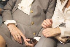 Oude dames in huwelijkskostuums royalty-vrije stock foto's