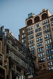 Oude de Baksteenbouw Structuur achter Steeg in de Stad van New York Stock Foto's