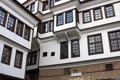 Oude de bouw witte muur en houten vensters Ohrid Stock Afbeelding