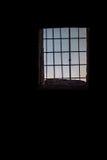 Oude de bouw zwarte donkere muren met venster en roestige bars, verticale achtergrond Stock Fotografie