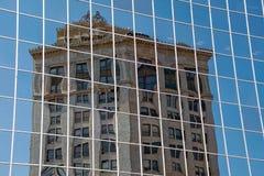 Oude de bouwbezinning in glaswolkenkrabber stock foto's