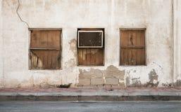 Oude de bouwmuur met vensters en airconditioner Stock Afbeelding