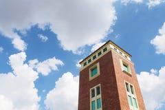 Oude de bouwtoren met rode baksteen stock fotografie