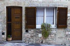 Oude de bouwvoorgevel in een stad van Toscanië Stock Afbeeldingen