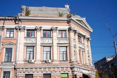 Oude de bouwvoorgevel met neoklassieke architectuur stock foto