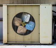 Oude de compressor koelmachine van de Luchtvoorwaarde stock afbeeldingen