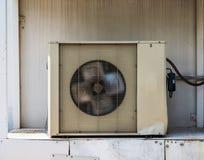 Oude de compressor koelmachine van de Luchtvoorwaarde royalty-vrije stock afbeeldingen
