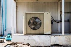 Oude de compressor koelmachine van de Luchtvoorwaarde stock foto's