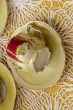 Oude de koffiekop van China op verkoop bij straatmarkt, Chiavari, Italië stock foto