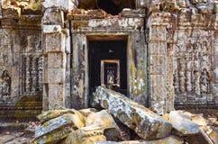 Oude de muur en de ingangsruïnes van de tempelsteen, Angkor Wat Stock Afbeelding