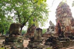 Oude de pagodetempel van Boedha met beschadigde Boedha in Thaise eigentijdse tempel Stock Fotografie