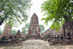 Oude de pagodetempel van Boedha met beschadigde Boedha in Thaise eigentijdse tempel Stock Afbeelding