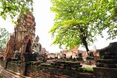 Oude de pagodetempel van Boedha met beschadigde Boedha in Thaise emple Stock Foto's