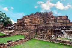 Oude de pagodetempel van Boedha met bewolkte witte hemel in Ayuthaya Thailand Royalty-vrije Stock Foto's