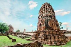 Oude de pagodetempel van Boedha met bewolkte witte hemel in Thailand Stock Afbeeldingen