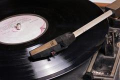 Oude de schijfspeler van de wintagegrammofoon op vinylschijf. Stock Foto
