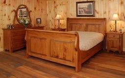 Oude de slaapkamerreeks van het pijnboomhout Royalty-vrije Stock Foto's