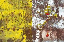 Oude de Stads grunge van Vatikaan vlag als achtergrond Stock Fotografie