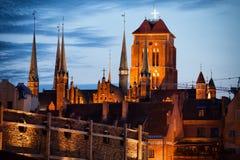Oude de Stadshorizon van Gdansk bij Schemering Stock Foto's