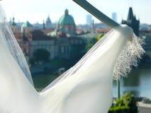 Oude de stadsmening van Praag door de huwelijkskleding stock fotografie