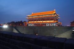 Oude de stadsmuur van China van Xian bij nacht Royalty-vrije Stock Foto's