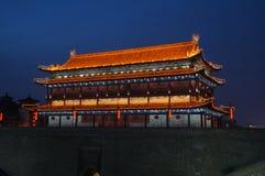 Oude de stadsmuur van China van Xian bij nacht Royalty-vrije Stock Afbeeldingen