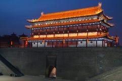 Oude de stadsmuur van China van Xian bij nacht stock foto