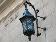 Oude de straatverlichting van de muurlamp royalty-vrije stock foto
