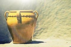 Oude de vaas lichtbruine geel van het keramiekterracotta Achtergrondsteenmuur Royalty-vrije Stock Foto's