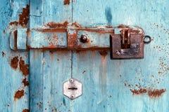 Oude deadbolt met slot op de ijzerpoort stock foto's